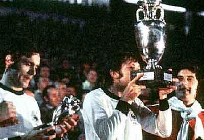 Panenka hôn chiếc cúp vô địch EURO 1976