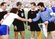 Keegan (trái) bắt tay Dino Zoff