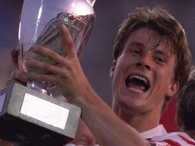 Brian Laudrup giương cao chiếc cúp vô địch