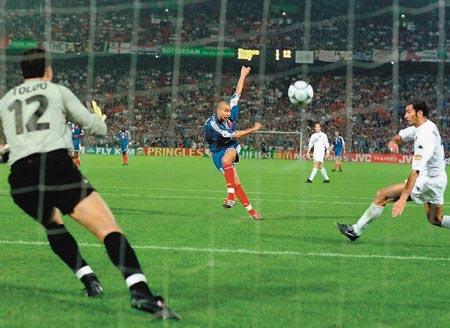 Cú sút của Trezeguet đưa Pháp lên ngôi vô địch châu Âu năm 2000