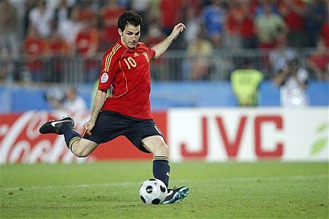Cú sút luân lưu quyết định của Fabregas đem lại niềm vui lớn cho Tây Ban Nha.